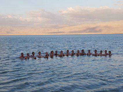 Deutsche Gruppe beim Schwimmen im Toten Meer